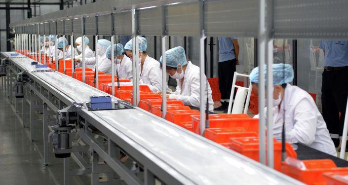 Работники автостроительного завода Кыргыз Унаа Курулуш в Оше