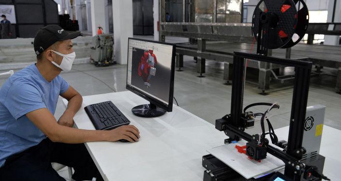 Сотрудник автостроительного завода Кыргыз Унаа Курулуш в Оше во время печати на 3Д принтере