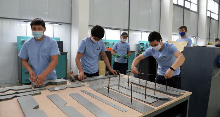 Сотрудники автостроительного завода Кыргыз Унаа Курулуш в Оше