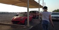 Блогер из Австралии Александра Мэри Хирши показала на видео гигантскую парковку в Дубае, на которой находятся тысячи покореженных и брошенных автомобилей.