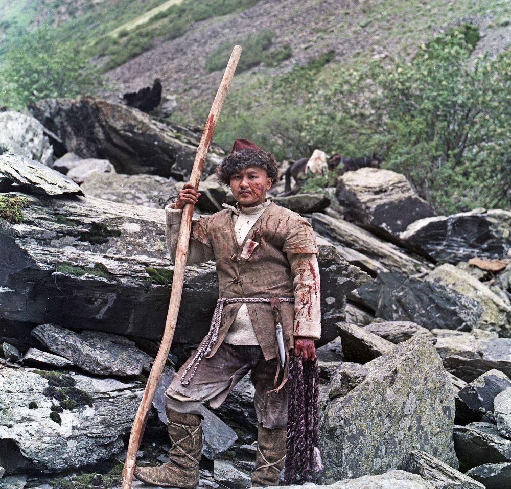 Будущий известный актер в роли Саяка, вступившего в схватку с барсом