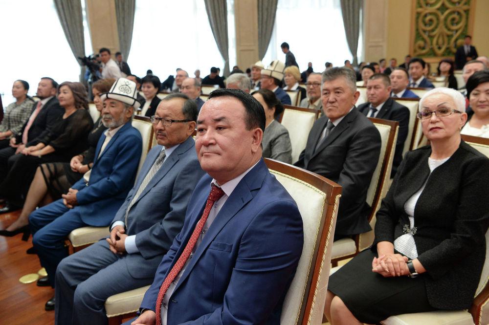 Марат Жантелиев с коллегами на церемонии награждения. Справа от него певец Айбек Карымов, слева — актер Насретдин Дубашев.