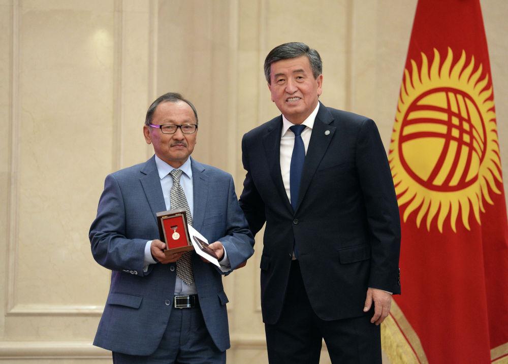 Президент Сооронбай Жээнбеков вручает Жантелиеву государственную награду