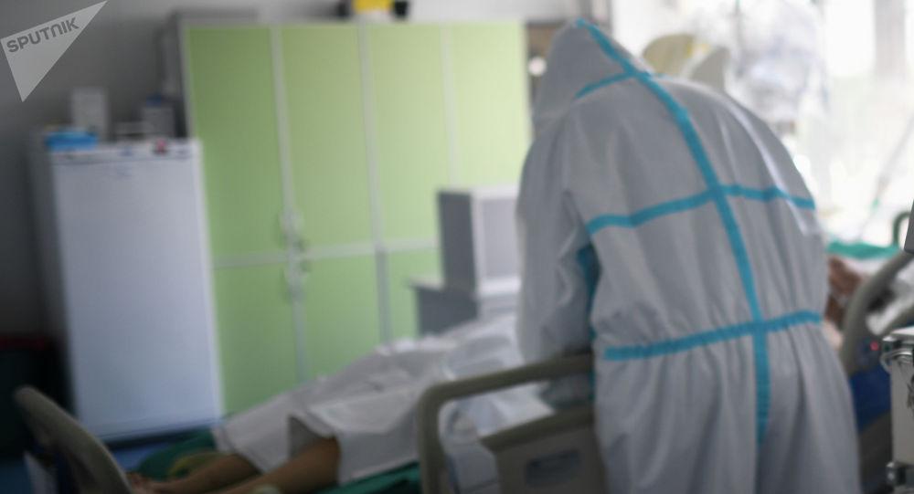 Врач осматривает пациента с COVID-19. Архивное фото