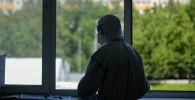 Врач у окна в операционном блоке больницы. Архивное фото