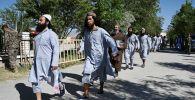 Заключенные талибы идут во время их освобождения из тюрьмы Баграм рядом с военной базой США в Баграме. Архивное фото