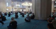 Сегодня в мечетях Бишкека был пятничный намаз — первый за более чем два месяца карантина. Предлагаем посмотреть, как это было.