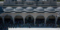 Верующие во время намаза в центральной мечети в Бишкеке. Архивное фото