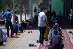 Бишкектеги мечитте жума намаз учурунда бет капчан кишилер. Архив