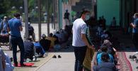 Верующие в масках во время молитвы на пятничном намазе в центральной республиканской мечети после карантина в Бишкеке