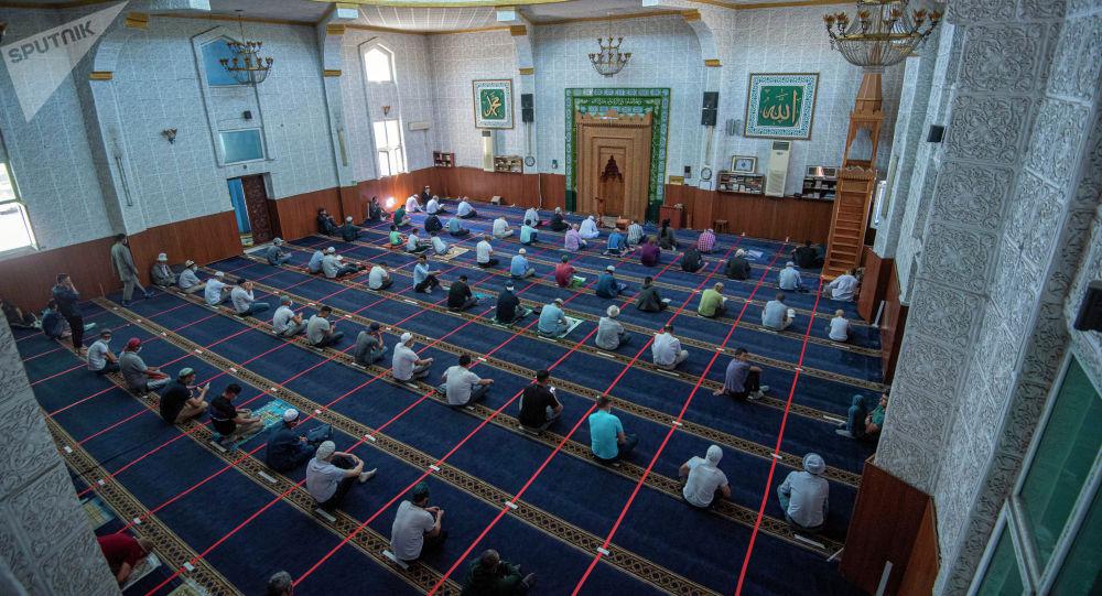 Бишкектеги мечиттеги жума намазы. Архивдик сүрөт