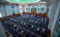 Верующие совершают намаз в мечети. Архивное фото