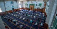 Верующие во время молитвы на пятничном намазе в центральной республиканской мечети после карантина в Бишкеке