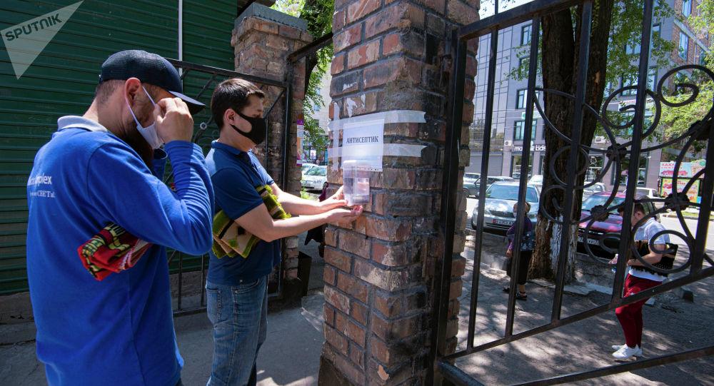 Бишкектеги мечитте кишилер. Архив