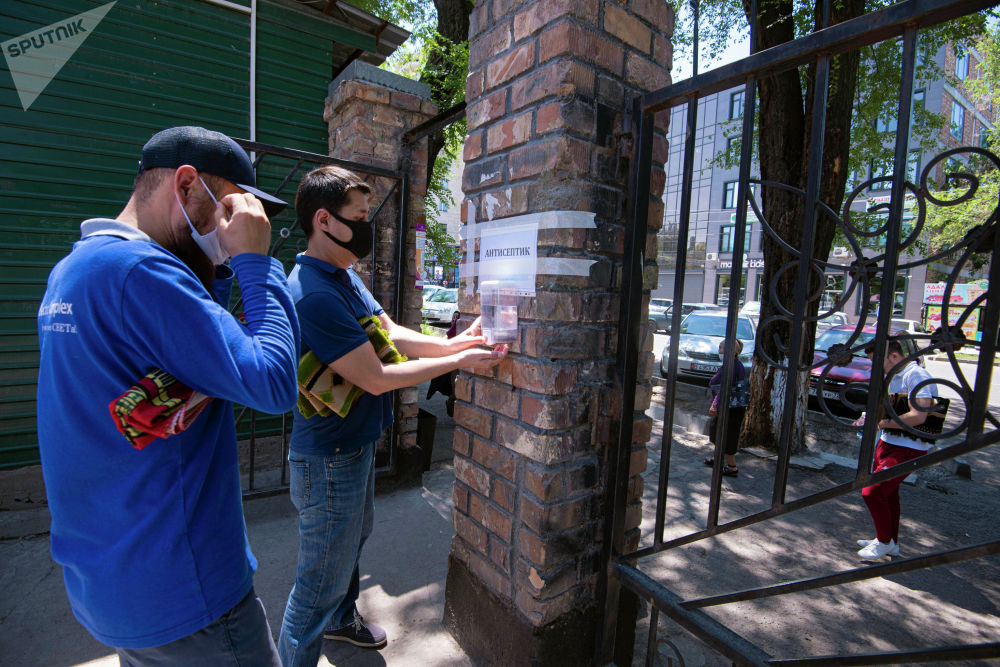 Верующие пользуются антисептиками перед входом в центральную республиканскую мечеть после карантина в Бишкеке