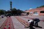 Бишкектеги борбордук республикалык мечитте кишилер. Архив