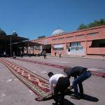 Верующие приходят на пятничный намаз на центральную республиканскую мечеть после карантина в Бишкеке