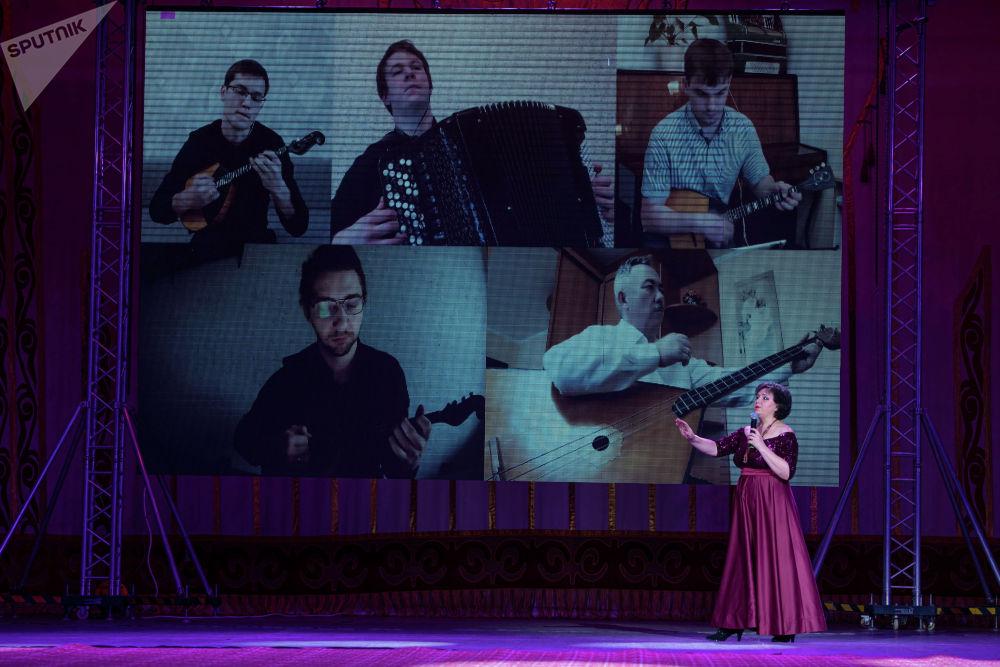 Артисттер бири-бири менен интернет аркылуу байланышты