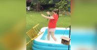 В надувной бассейн во дворе дома попала белка. Несмотря на предупреждения матери, девушка решила спасти грызуна.