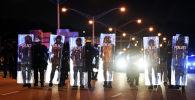 Сотрудники полиции охраняют порядок во время митингов против расовой дискриминации в Атланте, Джорджия
