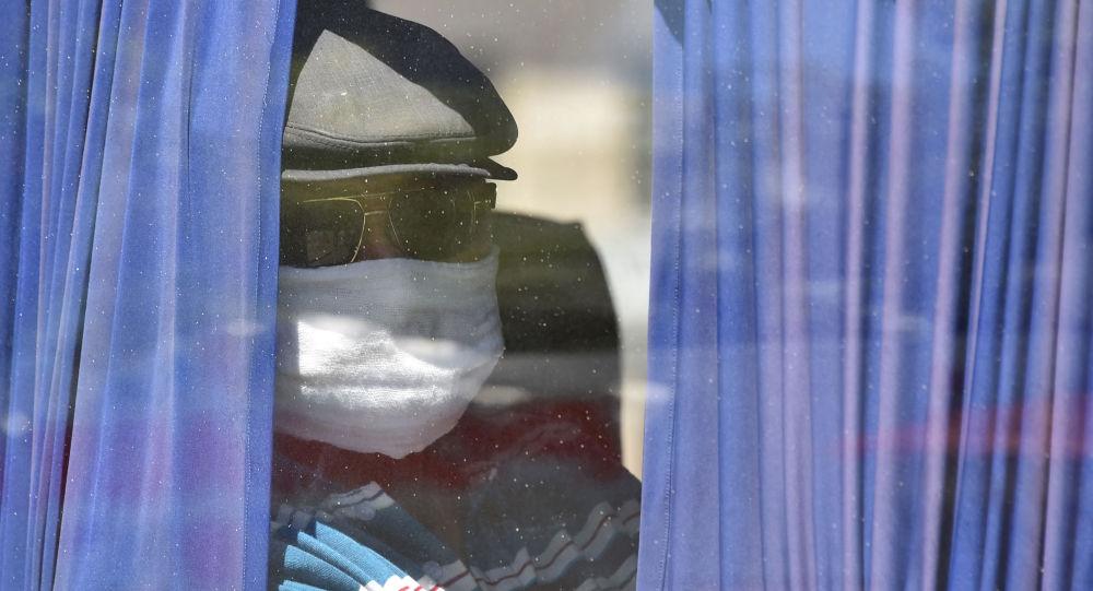 Мужчина в медицинской маске едет на автобусе. Архивное фото