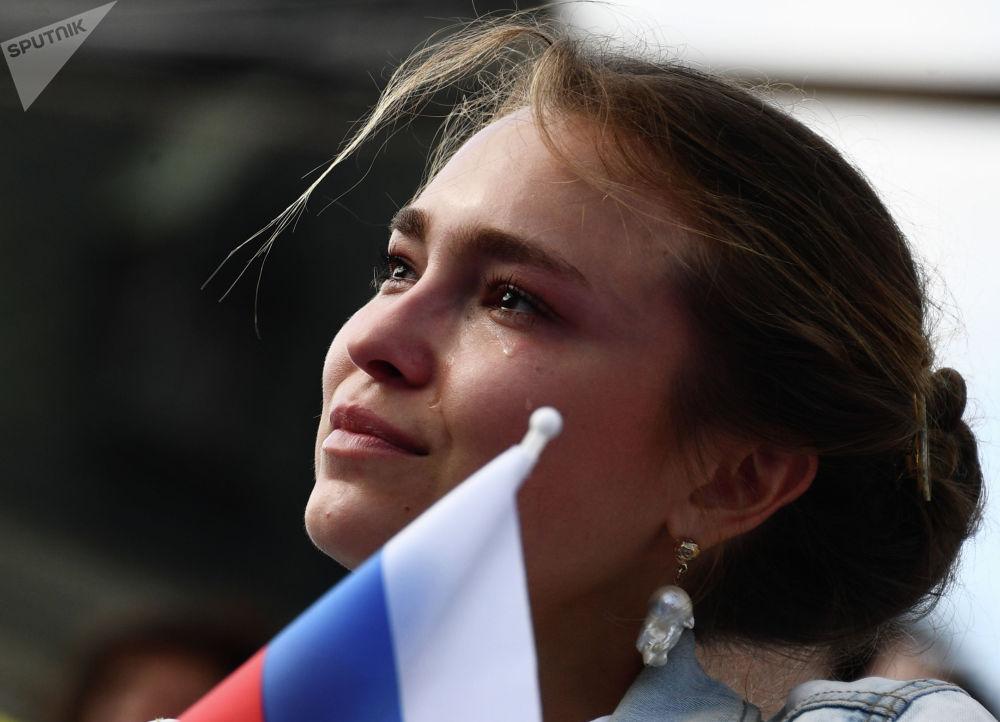 Девушка на концерте Мы — вместе!, посвященном празднованию Дня России, на Красной площади в Москве