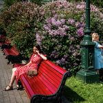 Женщины гуляют в одном из парков Москвы после отмены режима самоизоляции 9 июня