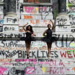 Юные балерины позируют перед памятником генералу Конфедерации Роберту Ли в Ричмонде (США) во время массовых беспорядков, вызванных смертью Джорджа Флойда