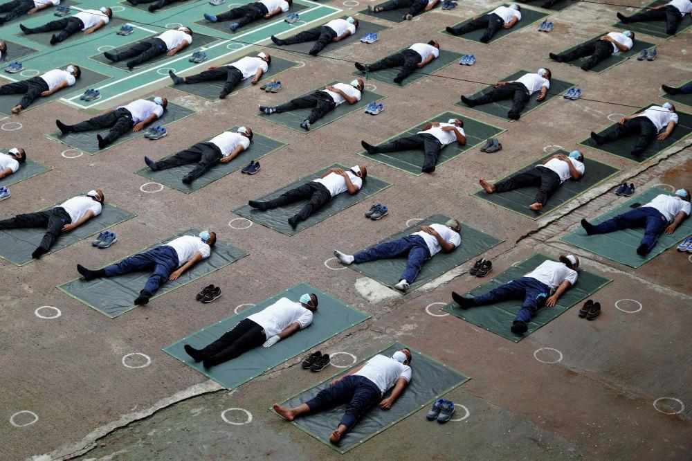 Полицейские в Дакке (Бангладеш) занимаются йогой для укрепления иммунитета