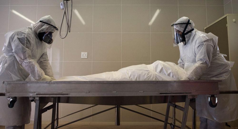 Медициналык кызматкерлер коронавирустан көз жумган киши менен. Архив