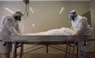 Медики готовят тело человека. Архивное фото