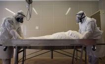 Члены мусульманской организации захоронения готовят тело человека, который умер от COVID-19, к захоронени, Кейптаун (ЮАР)