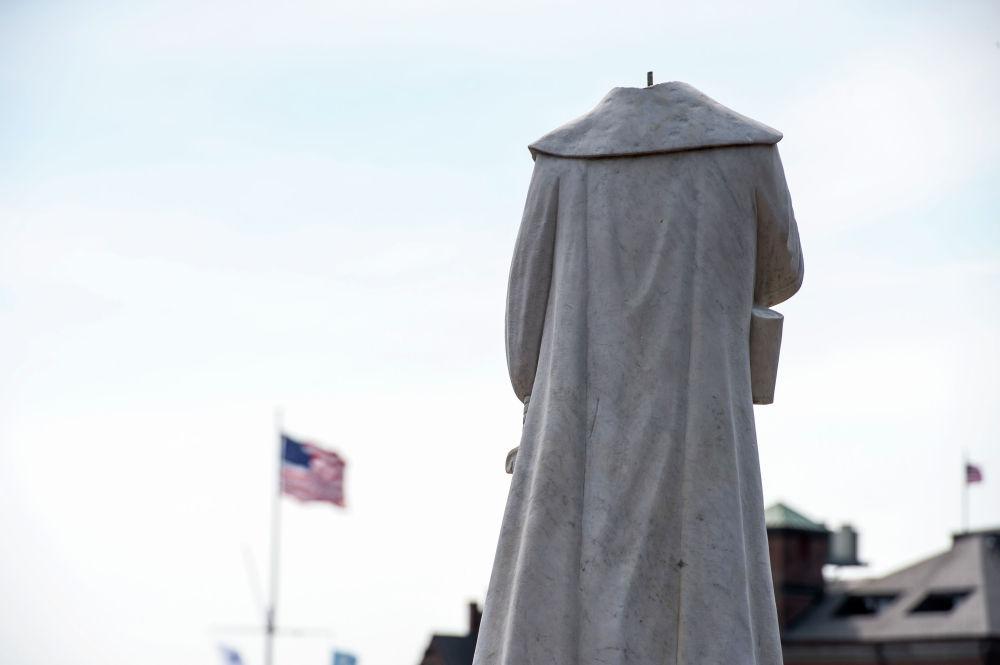 Обезглавленная статуя Христофора Колумба в одноименном парке Бостона (США) после массовых беспорядков, связанных со смертью Джорджа Флойда