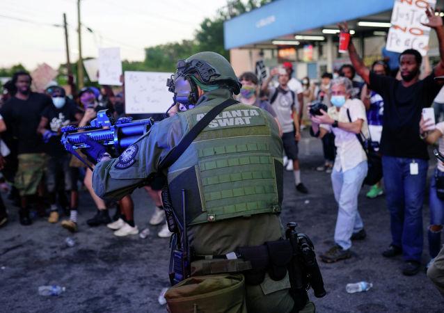 Офицер спецназа Атланты во время митинга против расового неравенства в Атланте, штат Джорджия, США