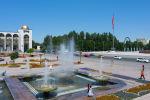 Горожане гуляют у фонтанов на площади Ала-Тоо в Бишкеке