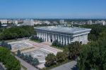 Вид с дрона на здание Жогорку Кенеша в центре Бишкека. Архивное фото