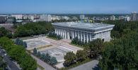 Вид с дрона на здание Жогорку Кенеша в центре Бишкека