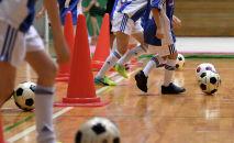 Игроки детской футбольной команды во время тренировки. Архивное фото