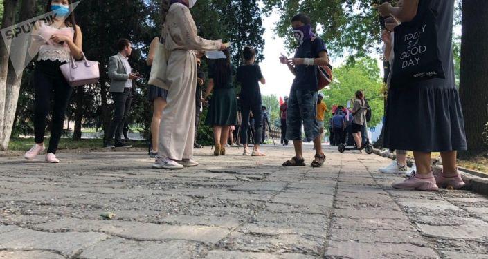 Возле здания Жогорку Кенеша проходят одиночные пикеты против домашнего насилия и за права женщин в Кыргызстане