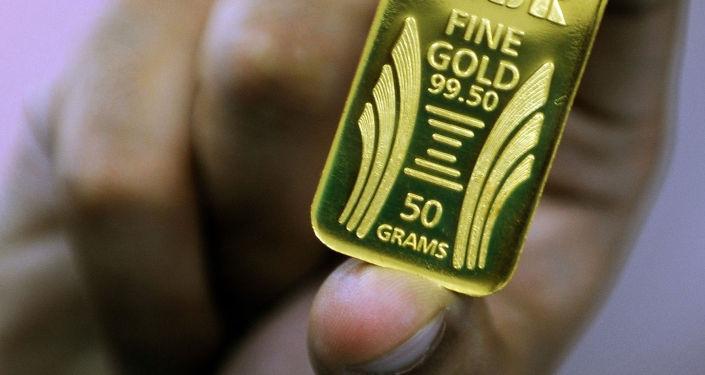 Слиток золота весом 50 грамм. Архивное фото
