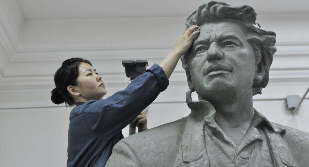 Работа кыргызстанки Тамилы Маматовой — 3-метровая скульптура народного писателя Чингиза Айтматова