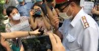 Перепалка между милиционерами и участниками акции произошла после того, как один из пикетчиков попросил замглавы ГУВД правильно надеть маску.
