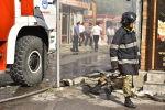 Сотрудник пожарной службы на месте крупного пожара в точке быстрого питания и находящейся рядом аптеке по улице Сухэ-Батора в Бишкеке