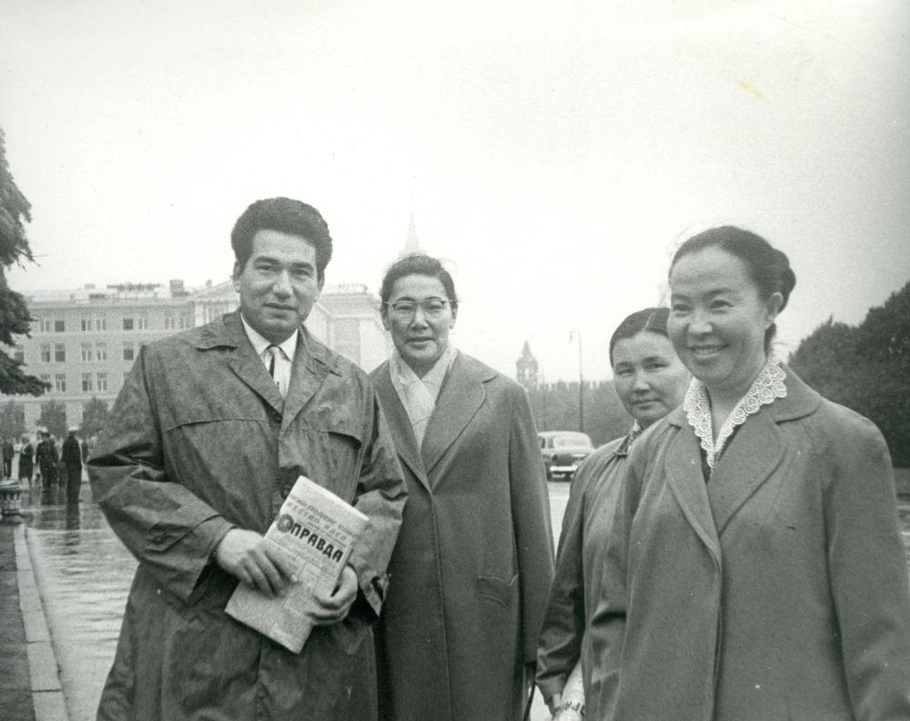 Жаш кез... Жазуучу Чыңгыз Айтматов, министр Күлүйпа Кондучалова, 1963-жыл, Москва шаары