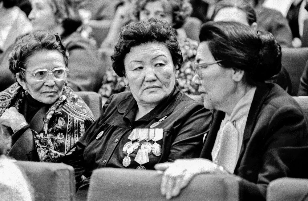 СССРдин эл артисттери Сабира Күмүшалиева жана Сайра Кийизбаева менен бир ирмем