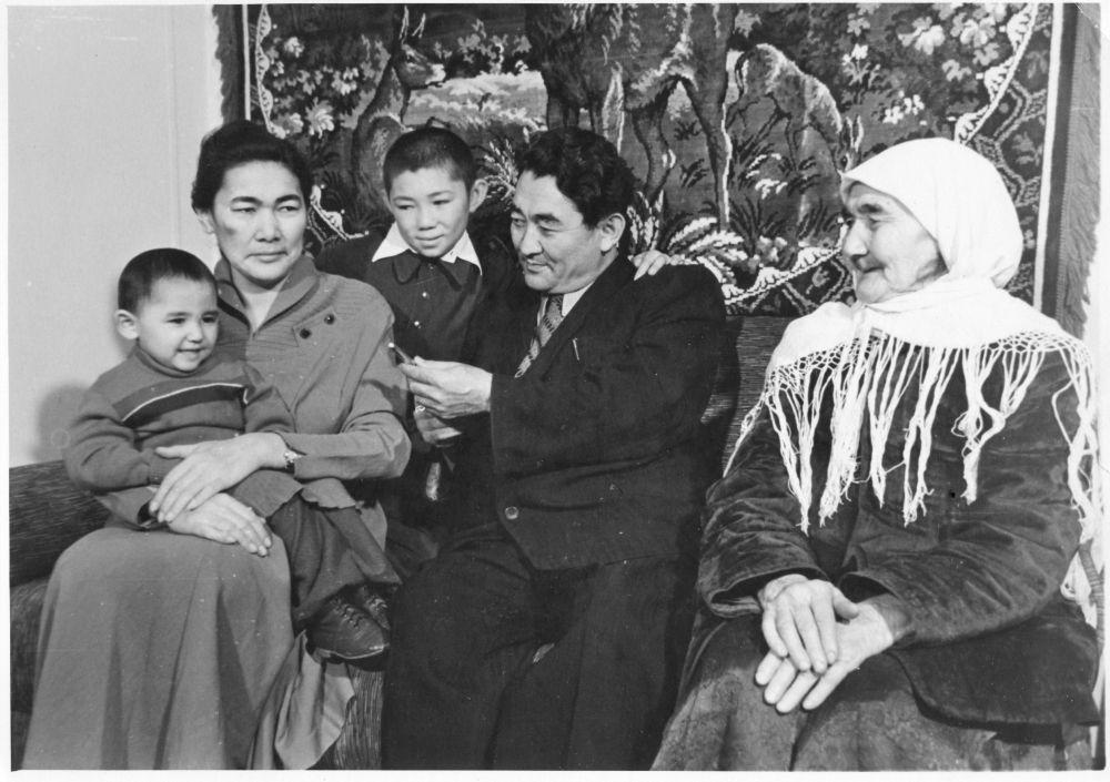 Күлүйпа Кондучалова жолдошу Абды Оролбаев менен бир уул, эки кызды тарбиялап өстүргөн