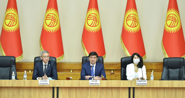 Экс-Премьер-министр Кыргызской Республики Мухаммедкалый Абылгазиев в ходе встречи с исполняющими обязанности членов Правительства и коллективом Аппарата Правительства КР