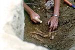 Адамдын сөөгүн жерден табуу. Архивдик сүрөт