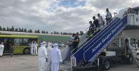 Пассажиры чартерного рейса из Казани в аэропорту Манас. 17 июня