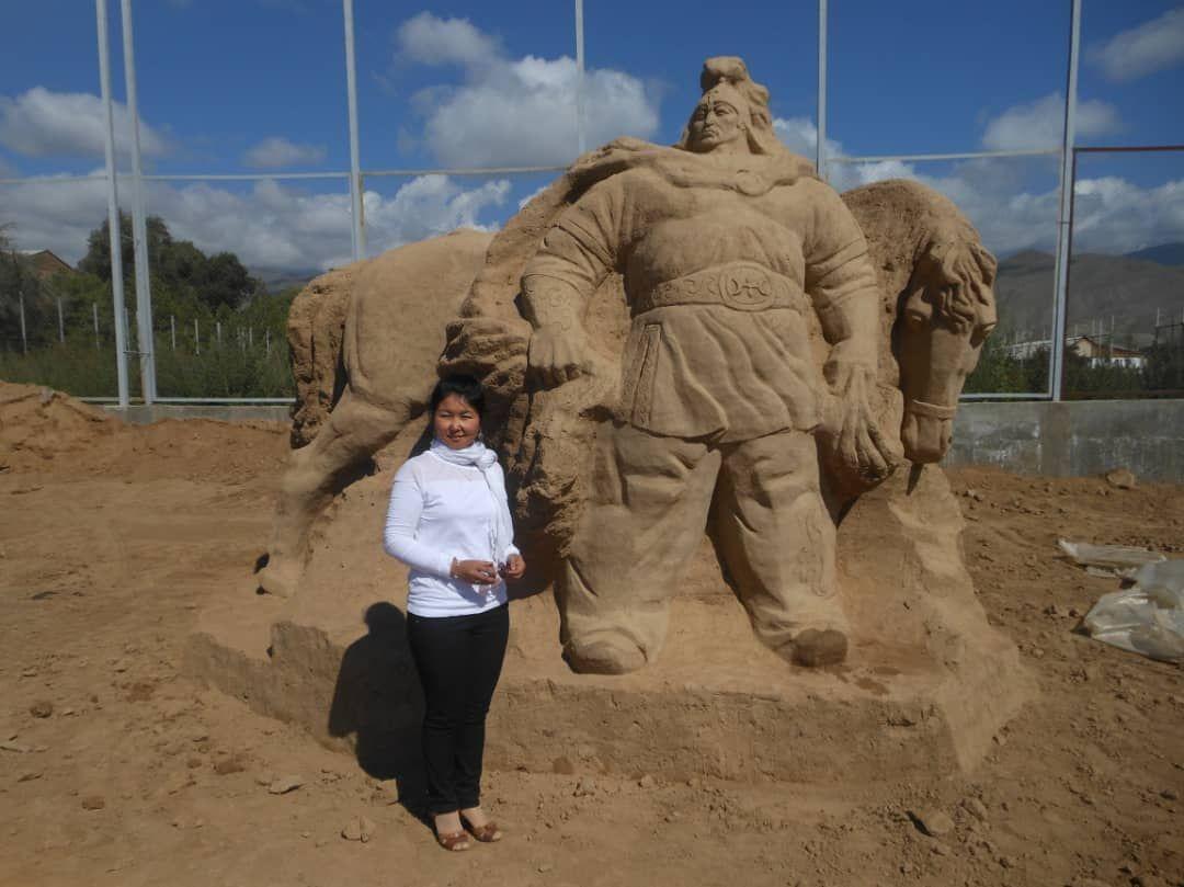 Скульптор Тамила Маматова у своей работы